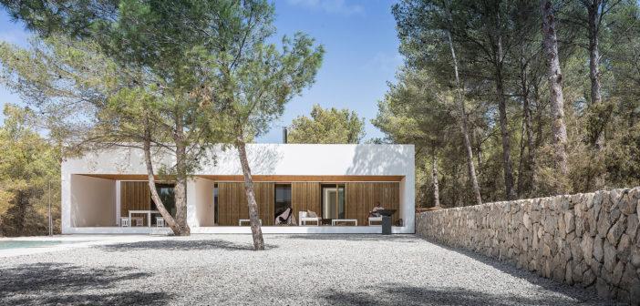 Marià Castelló diseña una vivienda en Ibiza con la madera como protagonista, integrándola en el paisaje y dotándola de gran confort y calidez ambiental