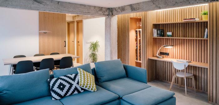 Zooco Estudio diseña un ático frente a la playa del Sardinero tomando como protagonistas la madera de roble y el hormigón
