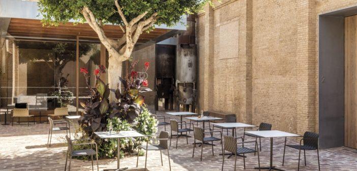 Costa, la nueva colección de asientos de Andreu World,  esencial, ligera, apilable y muy confortable