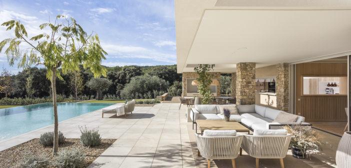 Dom arquitectura diseña una casa en la Costa Brava volcada hacia el exterior, comunicando visualmente el interior con la naturaleza