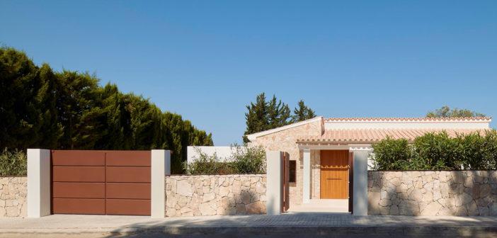 David Martínez Jofre diseña una vivienda integrada en el paisaje, prolongando la cromática terrosa con la vegetación mediterránea autóctona