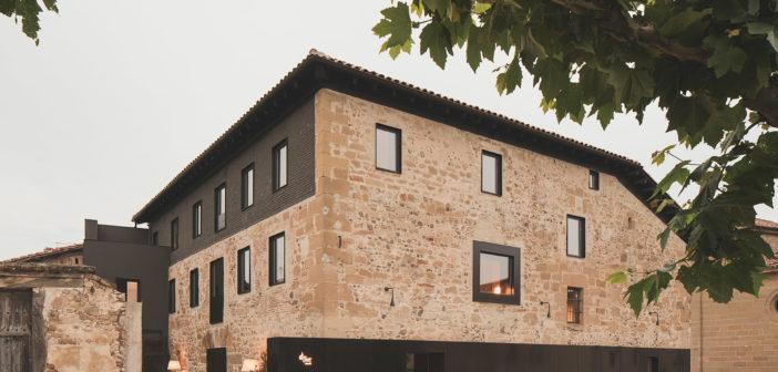 Francésc Rifé diseña una casa hotel en la Rioja en la que un nuevo y sobrio juego de materiales coexiste con la historia del lugar