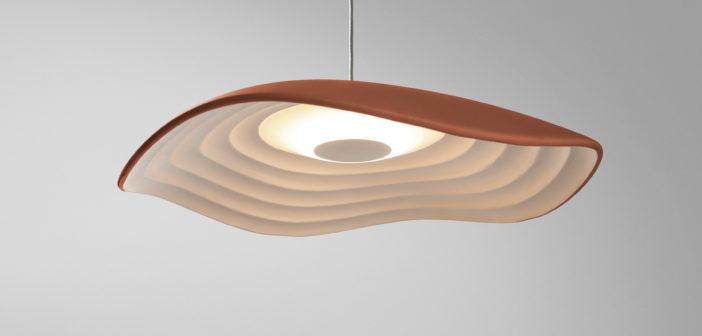 Valentina, una luminaria diseñada por Alex Fernández Campsque nos recuerda las suaves oscilaciones del mar a orillas del Mediterráneo