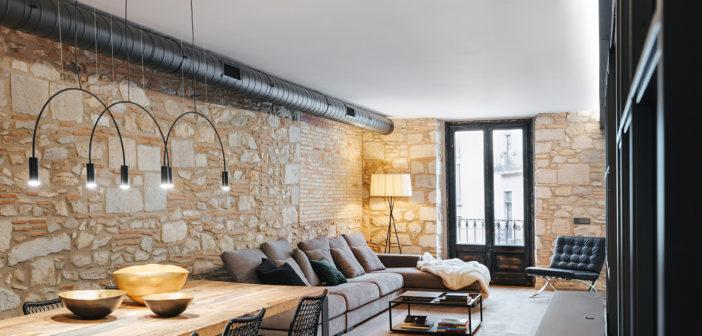 Almeda Estudi realiza la rehabilitación integral de un piso en la Plaça del Vi de Girona, conservando el alma del edificio y potenciando la iluminación natural