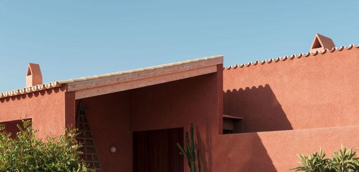 Isla Architects diseña una casa en el Pla de Mallorca con una paleta minimalista de materiales que revela la sencilla geometría del edificio