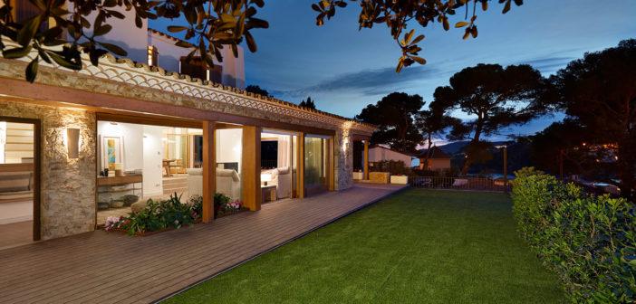 Rosa Colet diseña en la Costa Brava una casa para ser compartida, un hogar no sólo para quienes viven en ella, sino para todos los que la visitan