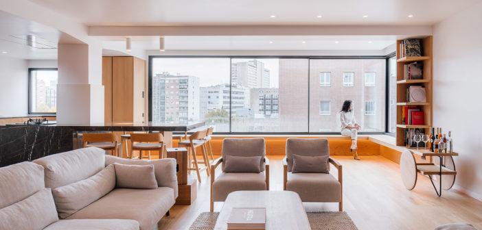 Zooco Estudio diseña una vivienda con un diseño de los espacios alejado de los estereotipos tradicionales y centrado en dos únicos materiales, roble y mármol negro