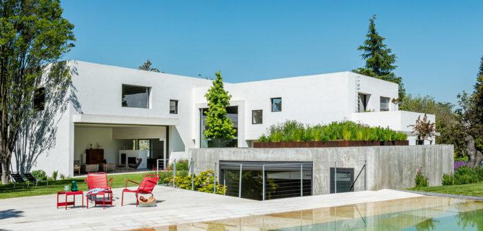 Ábaton diseña una casa en la zona norte de Madrid integrada en un paisaje de encinas, con un sistema constructivo que consigue una alta eficiencia térmica