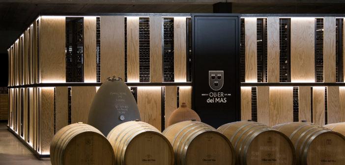 Marc Borrós diseña la bodega, el restaurante y la zona de alojamiento de la finca enoturística Oller del Mas con una atmósfera serena y sostenible